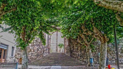 En la puerta de la Iglesia de Santísima Trinidad; Ourense